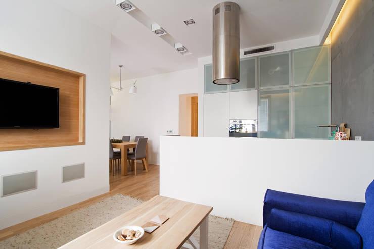 Projekt wnętrz apartamentu w kamienicy na krakowskim Kazimierzu: styl , w kategorii Salon zaprojektowany przez COOLDESIGN