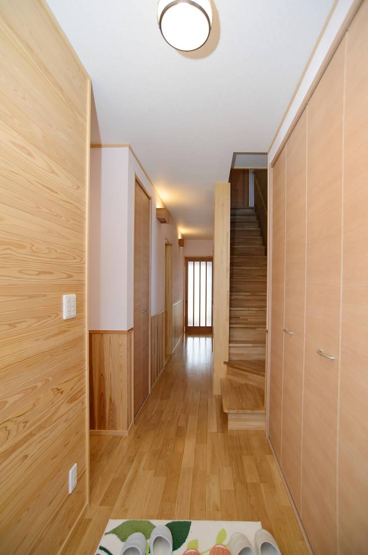 玄関から: 鈴木住建が手掛けた廊下 & 玄関です。