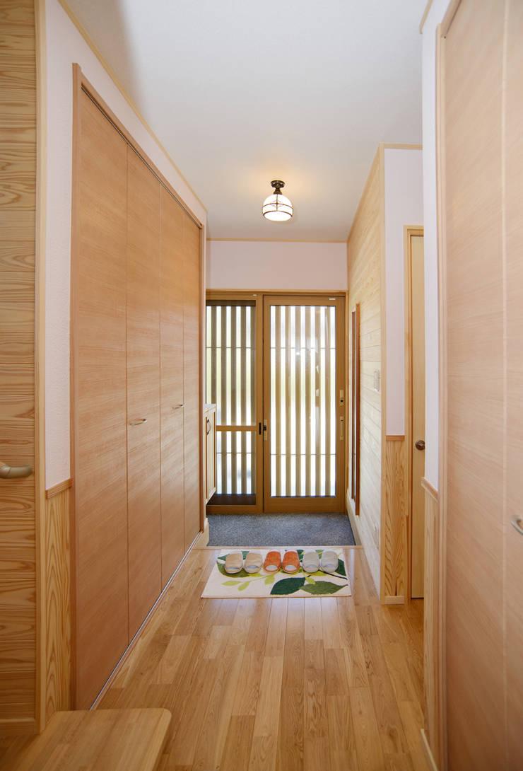 廊下: 鈴木住建が手掛けた廊下 & 玄関です。