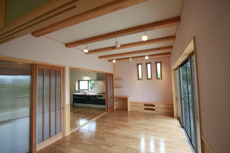 リビング: 鈴木住建が手掛けた壁です。