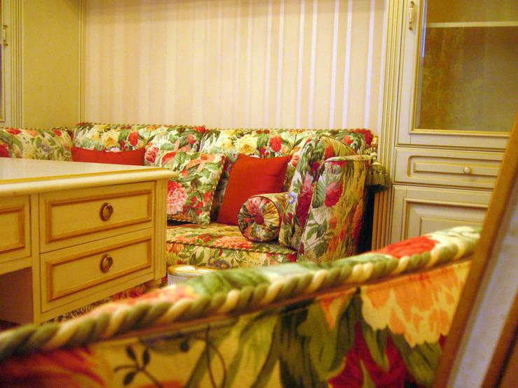 Дом в Подмосковье: Спальная комната  в . Автор – Prosperity