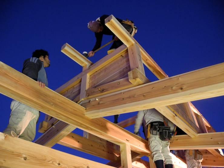 棟上げ風景4: 中村茂史一級建築士事務所が手掛けた家です。