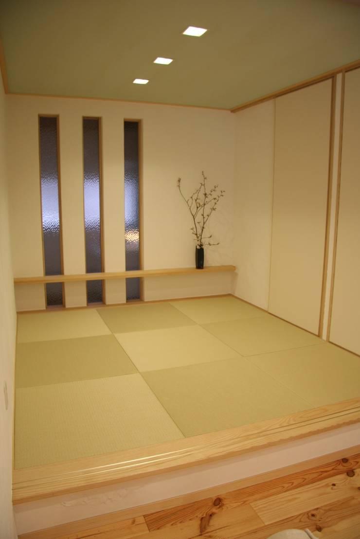 レトロナチュラルなリフォーム 木のキッチンのある暮らし: ナチュラルインテリア専門店 ミヤカグが手掛けた窓&ドアです。