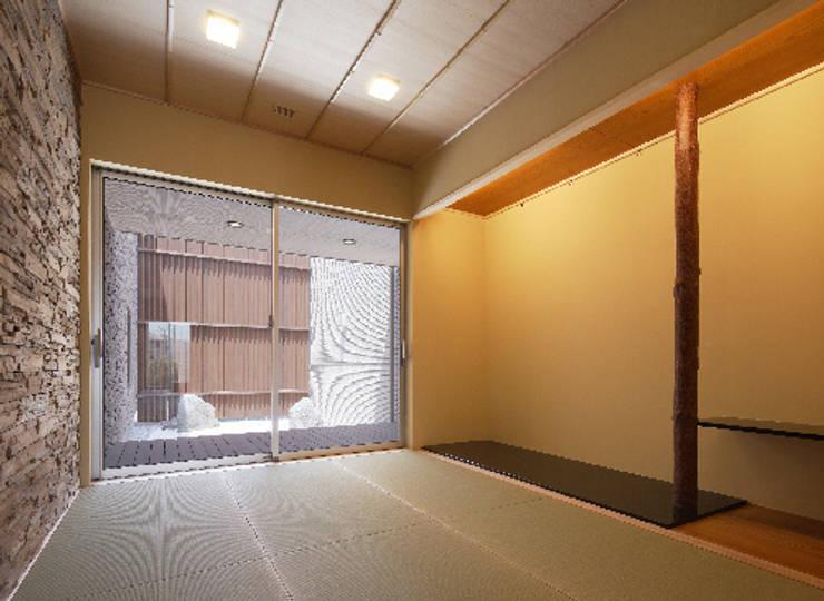 姫路市T邸: 空間工房 用舎行蔵 一級建築士事務所が手掛けた和室です。