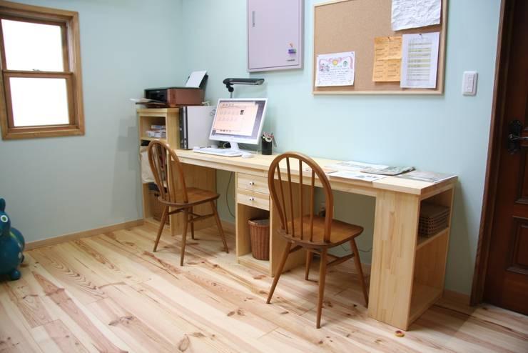 レトロナチュラルなリフォーム 木のキッチンのある暮らし: ナチュラルインテリア専門店 ミヤカグが手掛けた勉強部屋/オフィスです。
