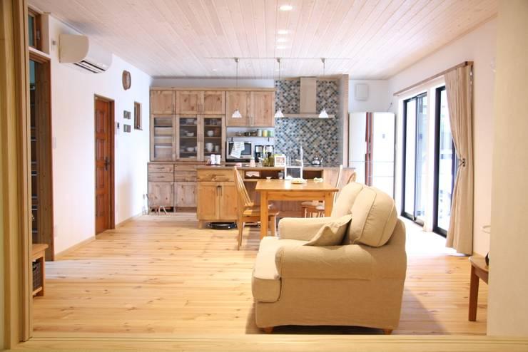 レトロナチュラルなリフォーム 木のキッチンのある暮らし: ナチュラルインテリア専門店 ミヤカグが手掛けたリビングルームです。