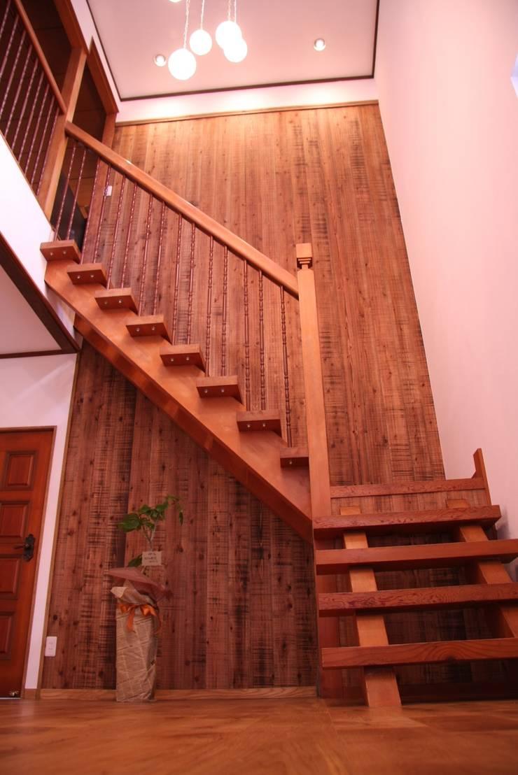 レトロナチュラルなリフォーム 木のキッチンのある暮らし: ナチュラルインテリア専門店 ミヤカグが手掛けた玄関&廊下&階段です。