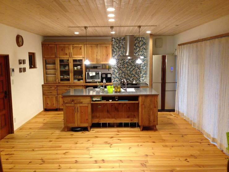 レトロナチュラルなリフォーム 木のキッチンのある暮らし: ナチュラルインテリア専門店 ミヤカグが手掛けたキッチンです。