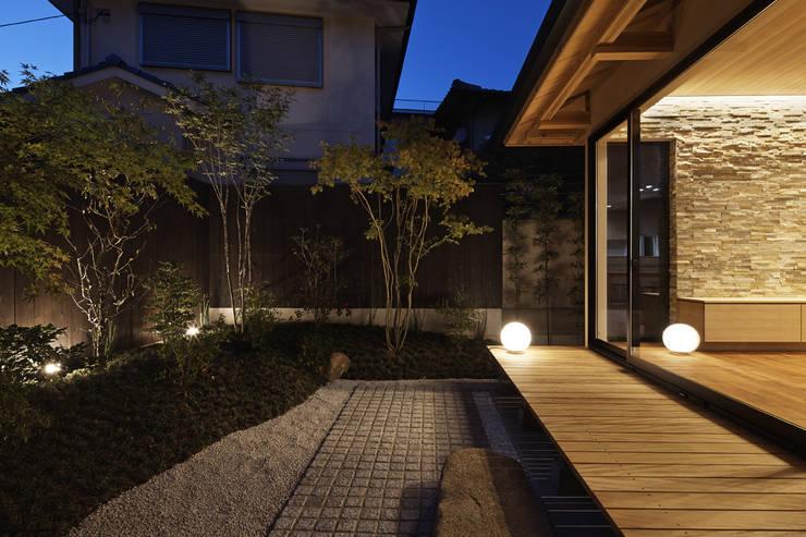 京都市Tn邸: 空間工房 用舎行蔵 一級建築士事務所が手掛けた庭です。