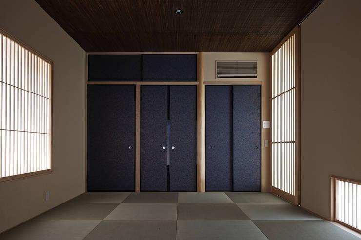 京都市Tn邸: 空間工房 用舎行蔵 一級建築士事務所が手掛けた寝室です。