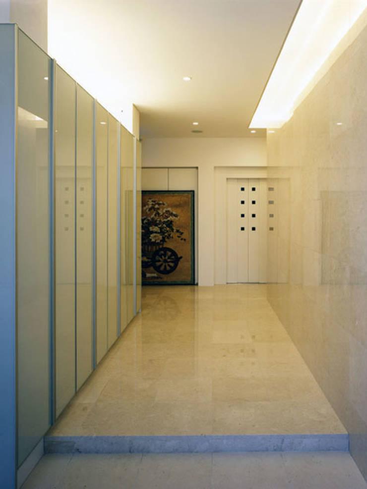 石貼りの玄関: 大塚高史建築設計事務所が手掛けた廊下 & 玄関です。,