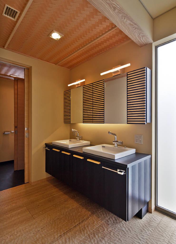 姫路市T邸: 空間工房 用舎行蔵 一級建築士事務所が手掛けた浴室です。