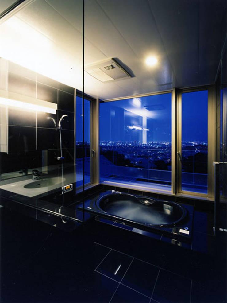 眺望を生かしたバスルーム: 大塚高史建築設計事務所が手掛けた浴室です。,
