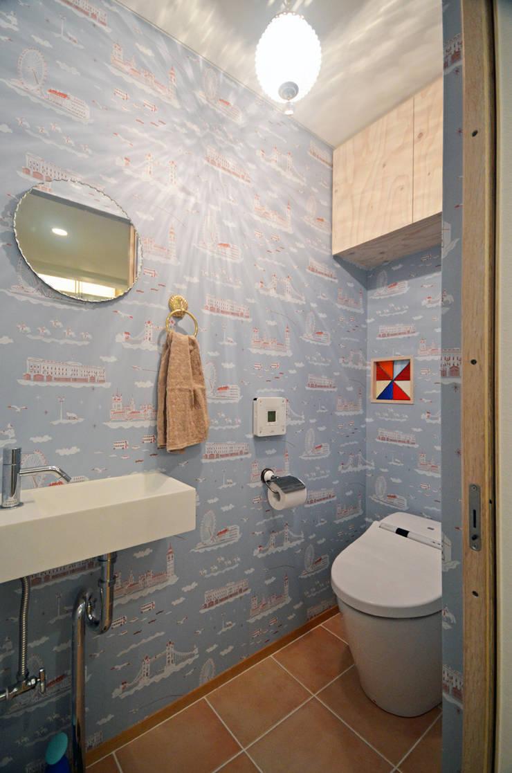 家族のつながりが感じられるトイレ: 大塚高史建築設計事務所が手掛けた浴室です。