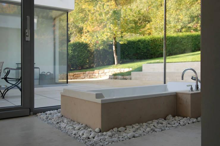 Wohnen zwischen Wald und Reben:  Badezimmer von Architekten BDA Becker | Ritzmann