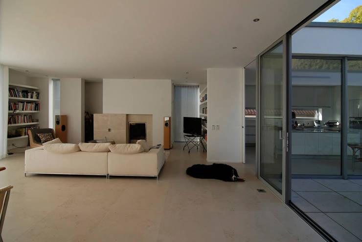 Wohnen zwischen Wald und Reben:  Wohnzimmer von Architekten BDA Becker | Ritzmann