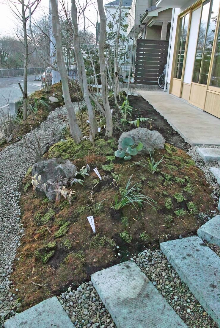 大谷石のアプローチ: 野草の庭・茶庭づくり 風(ふわり)が手掛けた庭です。