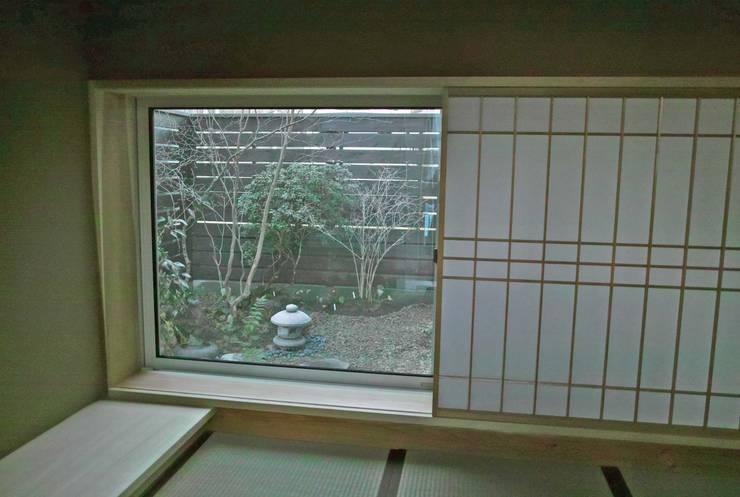 茶室より北側庭を眺める: 野草の庭・茶庭づくり 風(ふわり)が手掛けた庭です。