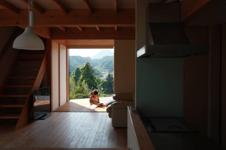タタミコーナ: 設計島建築事務所が手掛けたリビングです。