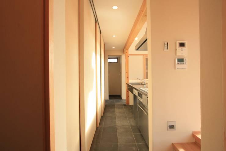 もりのまちの家: 設計島建築事務所が手掛けたキッチンです。