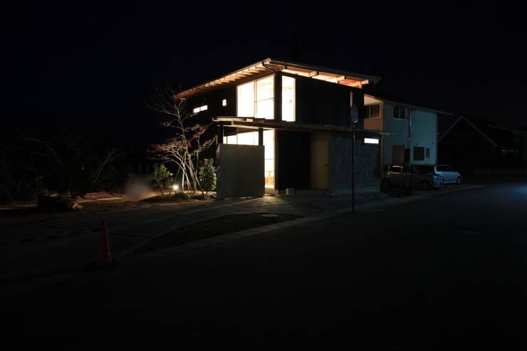 外観夜景: 設計島建築事務所が手掛けた家です。