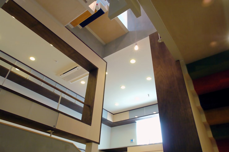 ピアノホールからダイニングキッチンへ: BANKnoteが手掛けた廊下 & 玄関です。