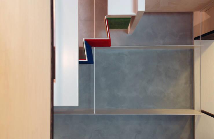 階段と一体化した厚さ6mmの棚: BANKnoteが手掛けた廊下 & 玄関です。