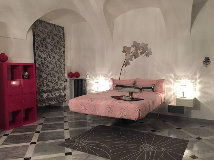 La camera da letto (dopo): Camera da letto in stile  di Paola Boati Architetto