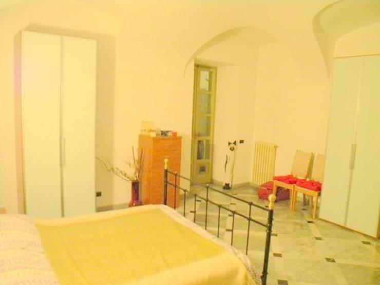 la camera da letto (prima): Camera da letto in stile  di Paola Boati Architetto