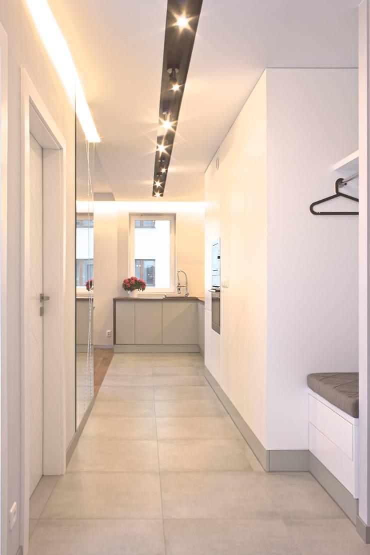 Mieszkanie 56 m² w Ząbkach pod Warszawą / Korytarz: styl , w kategorii Korytarz, przedpokój zaprojektowany przez Sceneria