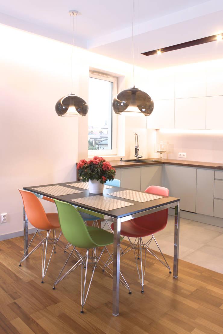 Mieszkanie 56 m² w Ząbkach pod Warszawą / Kuchnia: styl , w kategorii Kuchnia zaprojektowany przez Sceneria