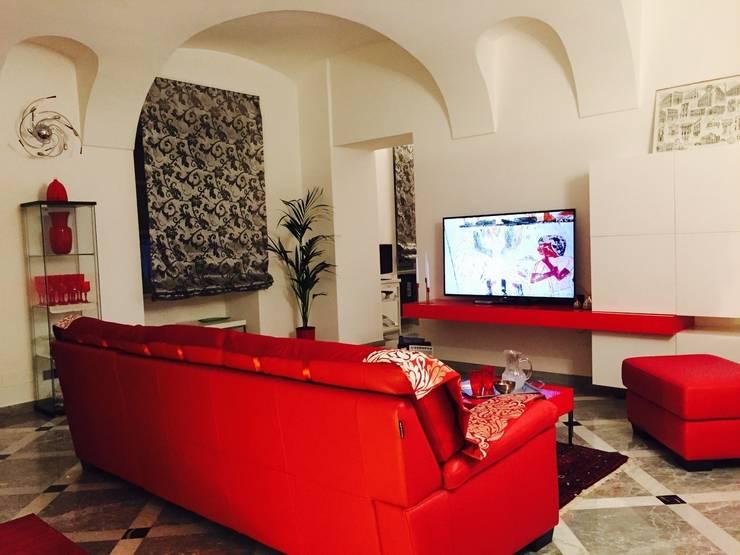 Il soggiorno (dopo): Soggiorno in stile  di Paola Boati Architetto