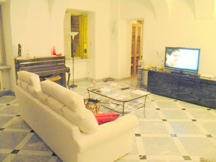 Il soggiorno (prima): Soggiorno in stile  di Paola Boati Architetto
