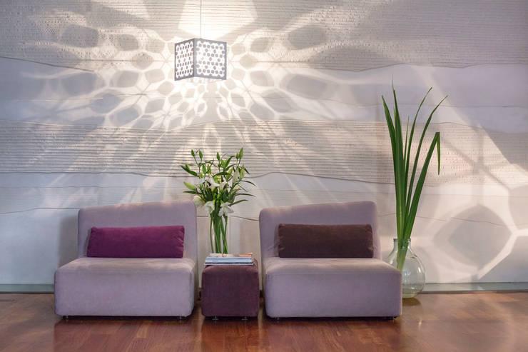 Cage de Lumière : Suspension: Locaux commerciaux & Magasins de style  par Yumé Péma