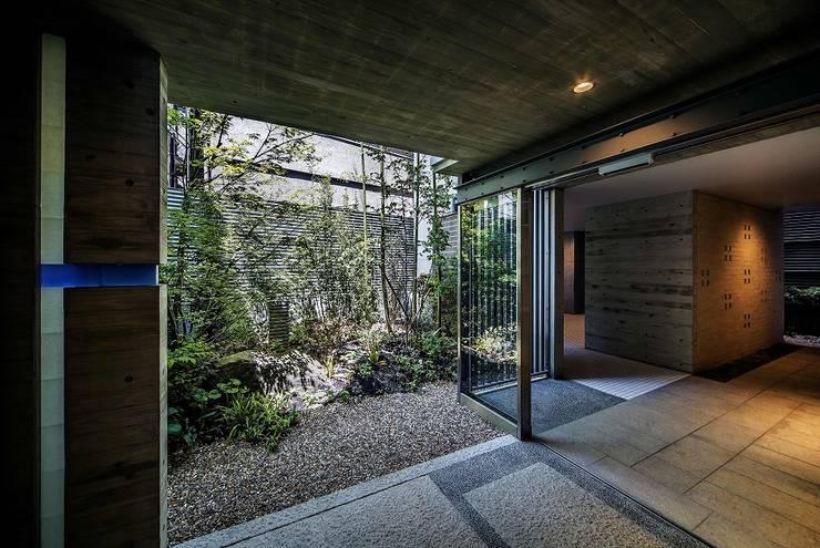 1階の中庭: 松田靖弘建築設計室が手掛けた庭です。