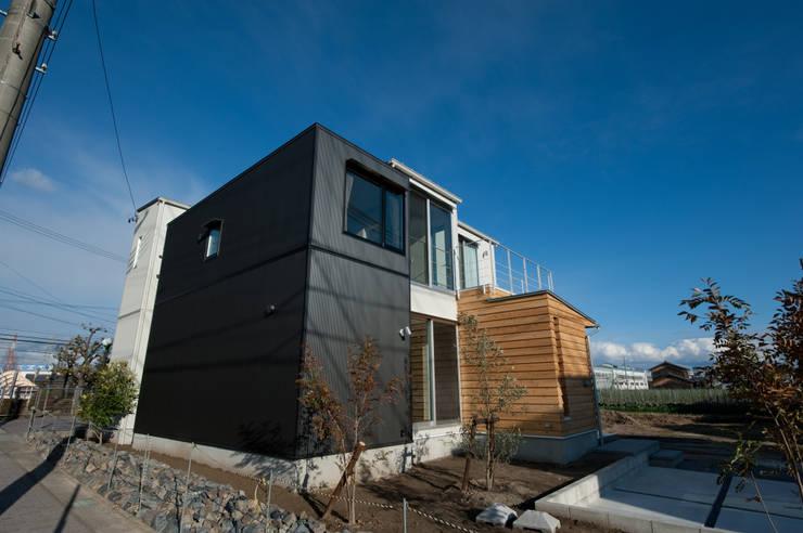 土間広場から繋がる家族と趣味の空間: m+h建築設計スタジオが手掛けた家です。,モダン