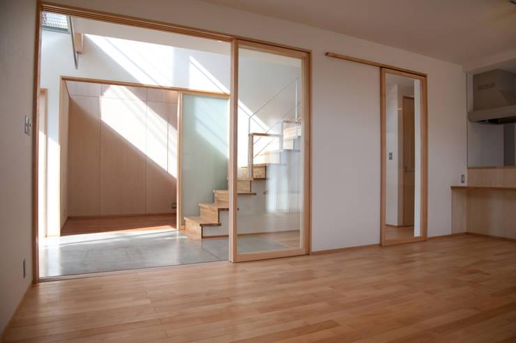 土間広場から繋がる家族と趣味の空間: m+h建築設計スタジオが手掛けたリビングです。,モダン