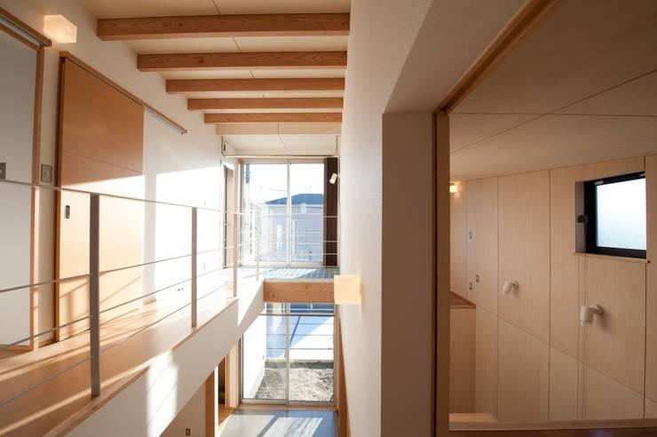 土間広場から繋がる家族と趣味の空間: m+h建築設計スタジオが手掛けた廊下 & 玄関です。,モダン