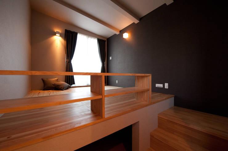 土間広場から繋がる家族と趣味の空間: m+h建築設計スタジオが手掛けた寝室です。,モダン