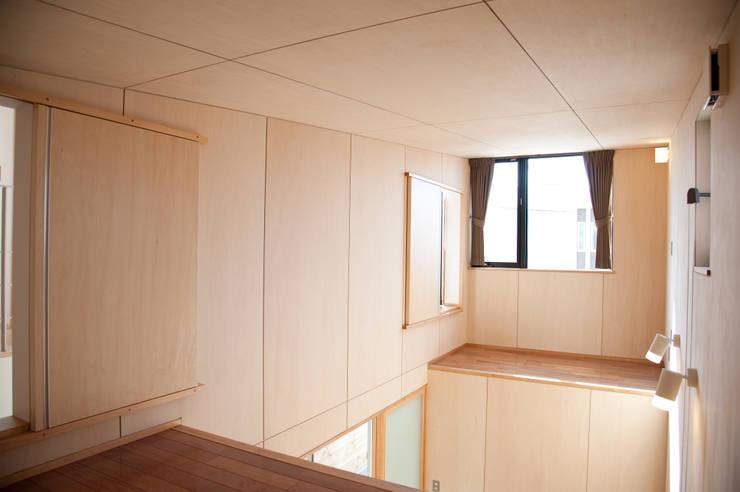 土間広場から繋がる家族と趣味の空間: m+h建築設計スタジオが手掛けた和室です。,モダン