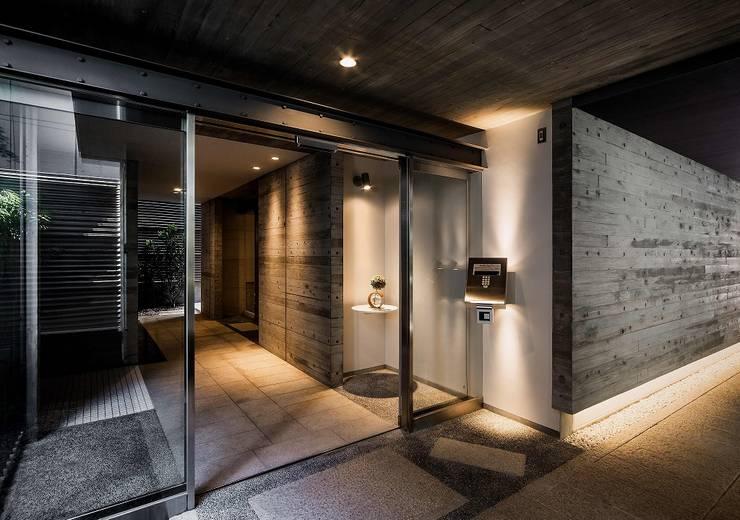 1階の集合玄関: 松田靖弘建築設計室が手掛けた廊下 & 玄関です。