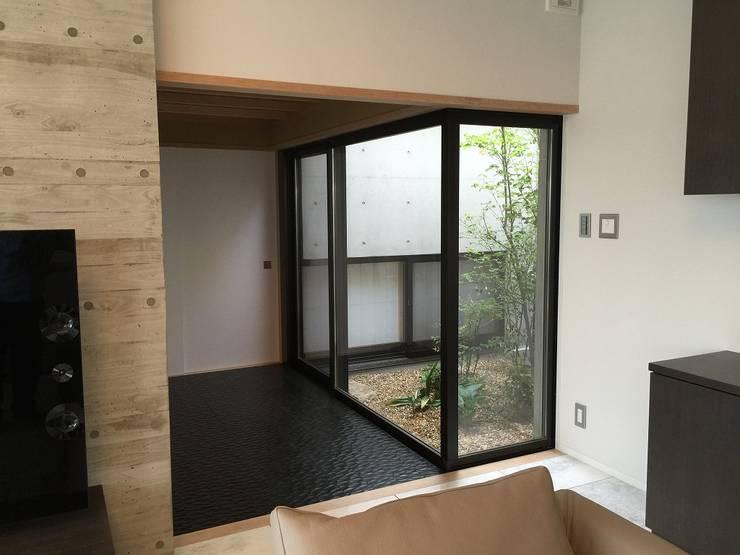 9階の渡り廊下: 松田靖弘建築設計室が手掛けた廊下 & 玄関です。