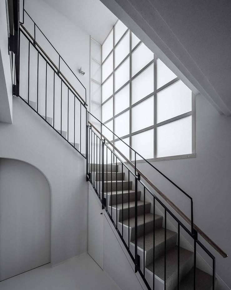 内部階段: 松田靖弘建築設計室が手掛けた廊下 & 玄関です。