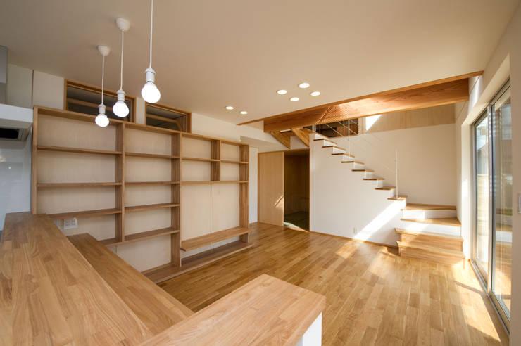 さまざまの居所のある住まい: m+h建築設計スタジオが手掛けたリビングです。