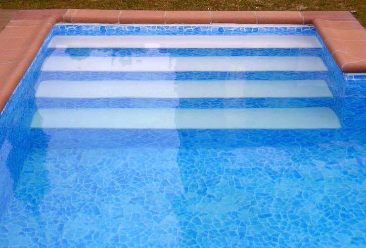 Piscina color Carrara RENOLIT ALKORPLAN3000: Piscinas de estilo  de RENOLIT Ibérica