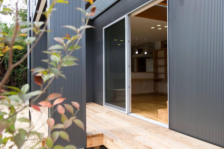 さまざまの居所のある住まい: m+h建築設計スタジオが手掛けたテラス・ベランダです。