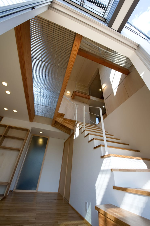 さまざまの居所のある住まい: m+h建築設計スタジオが手掛けた廊下 & 玄関です。