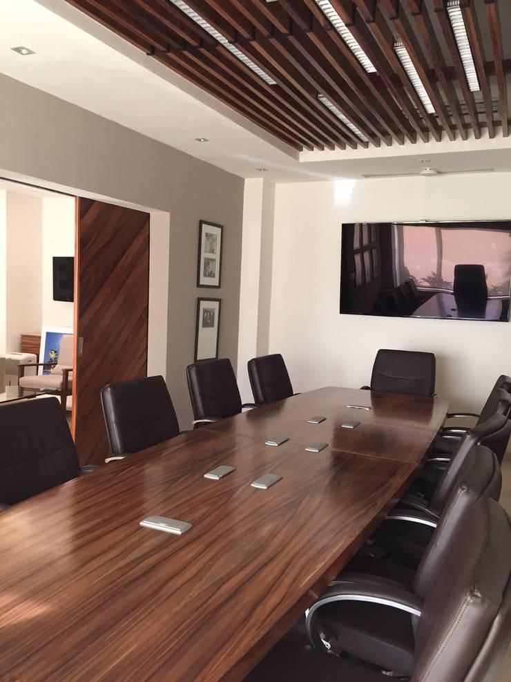 Marival Hotel Office: Salas multimedia de estilo  por DECO designers