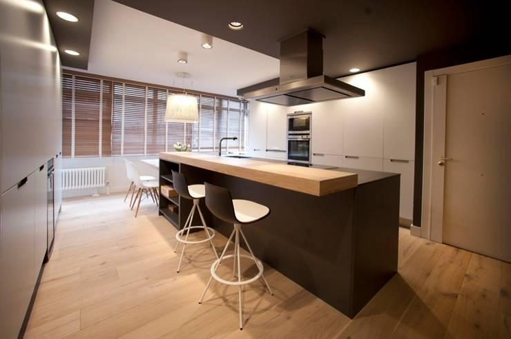 Sube Susaeta Interiorismo - Sube Contract diseño interior de casa con gran cocina: Cocinas de estilo moderno de Sube Susaeta Interiorismo