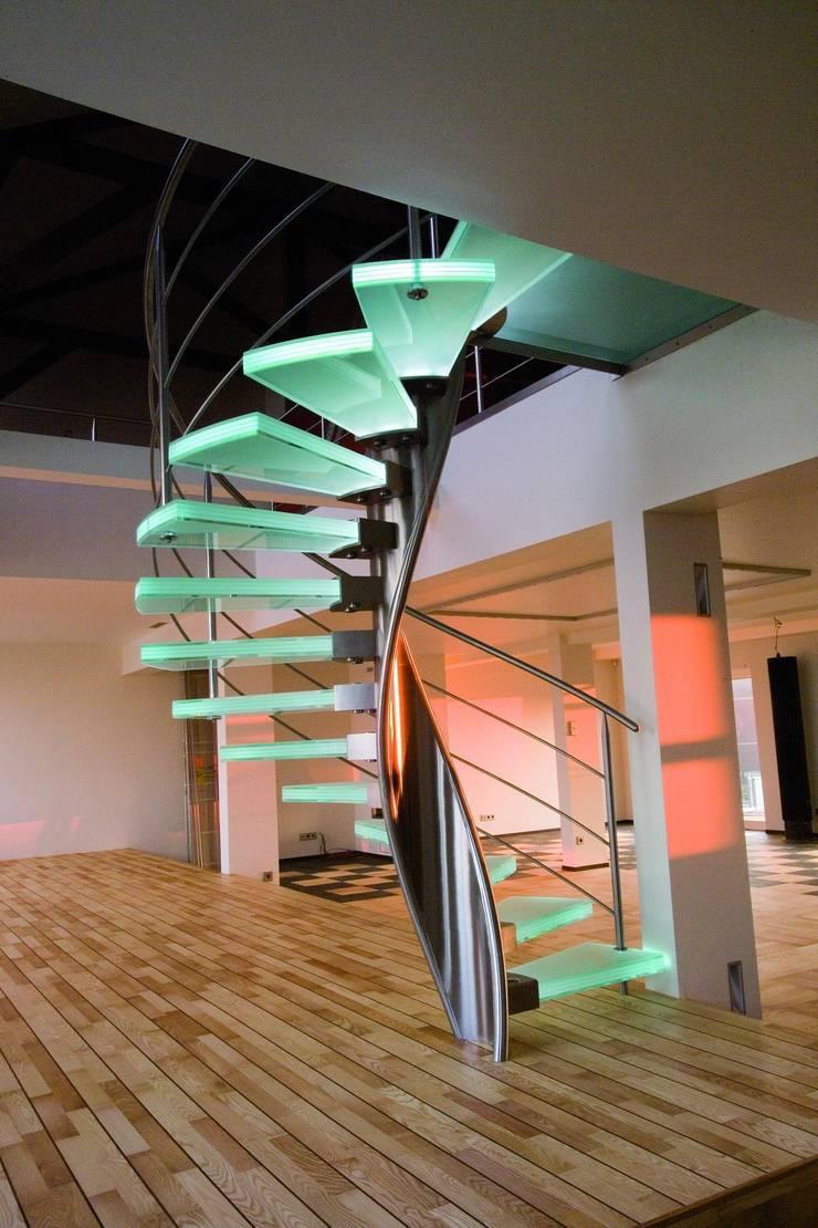 RVS spiraaltrap met glazen treden:  Gang, hal & trappenhuis door Allstairs Trappenshowroom